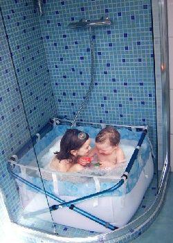 Une baignoire est pratique et indispensable pour le bain des enfants.
