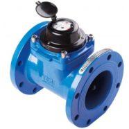 Un plombier intervient rapidement pour installer un compteur d'eau à turbine.