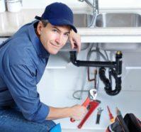 Un plombier intervient pour entretenir votre plomberie de temps en temps.
