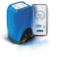 Un plombier intervient juste après votre appel pour installer un disjoncteur intelligent d'eau.