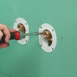 Un plombier a les compétences pour installer une plomberie encastrée.